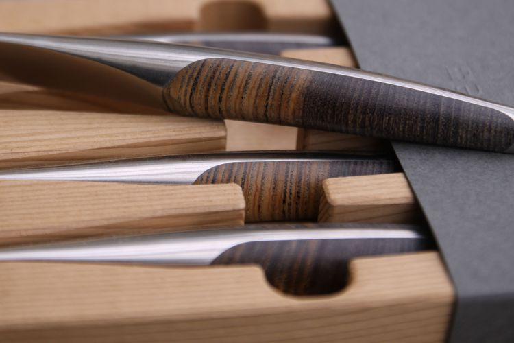 Collectors knives - in wooden box