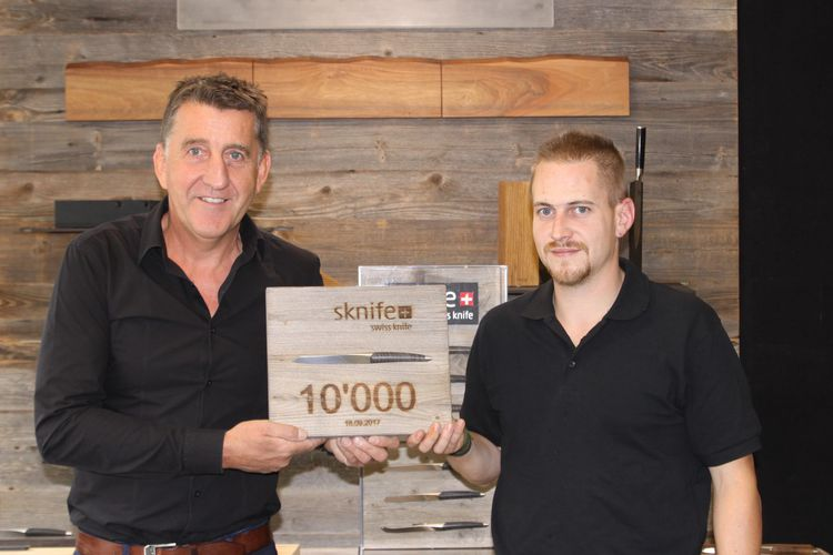 sknife 10'000th knife - Michael Bach, CEO und Timo Müller, cutler